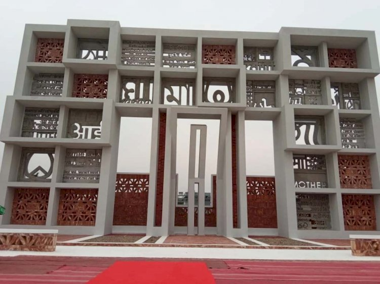 লিডিং ইউনিভার্সিটিতে ৫২টি ভাষায় 'মা' শব্দ দিয়ে নির্মিত দেশের প্রথম শহীদ মিনার
