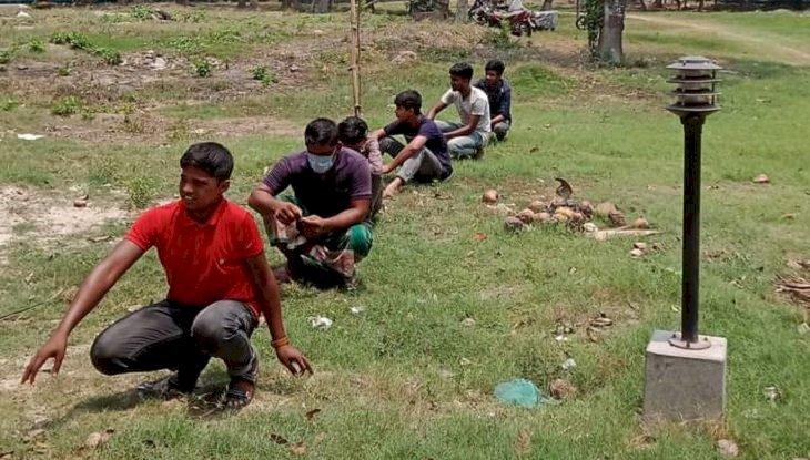 চুয়াডাঙ্গায় মাস্ক না পরায় ৩০ যুবককে রোদে বসিয়ে শাস্তি